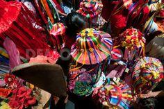 Desde una vista superior, se pueden observar las distintas figuras que forman las cintas que cubren los sombreros de las negritas. La riqueza en color y textura que se puede observar en esta comparsa en particular es muy llamativa visualmente.