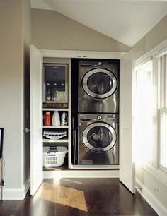 Lavanderia escondida atrás de uma porta. Fico preocupado apenas com a vibração da máquina e o uso de água.