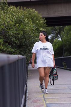 Soy Arhe Molina, curvy blogger mexicana orgullosa de ser una mujer latina. Amo mi piel morena y mi cabello rizado… Y ahora sé que no todoslos caballeros las prefieren rubias.