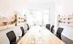 """Ab sofort vermieten wir Tischplätze in einem Gemeinschaftsbüro. Die Tische sind in zwei verschiedenen Räumen im Erdgeschoss (zur Straße raus) eines gepflegten Jugendstilhauses.   Wir teilen uns als Bürogemeinschaft eine Küche, Bad und Toilette. Internet, Drucken und Kaffee sind im Preis enthalten. Das Büro liegt zentral und verkehrsgünstig zwischen S Schöneberg und S Julius-Leber-Brücke.  Bus: """"Albertstrasse"""".   Es gibt auch einen Meetingraum, der von allen Coworkern nach Absprache genutzt…"""