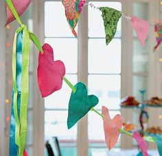 Estas não se rasgam facilmente: bandeirinhas de retalhos de tecido e corações de feltro