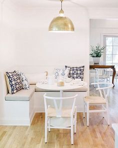 Corner Breakfast Nook Ideas for Cozier Morning Coffee - Stylish Corner Breakfast Nooks to Pin Right Now. Your avocado toast on—a proper breakfast nook can turn a kitchen corner into a snug haven. Corner Breakfast Nooks, Corner Dining Nook, Breakfast Knook, Ikea Breakfast, Corner Seating, Corner Bench Kitchen Table, Corner Space, Room Corner, Perfect Breakfast