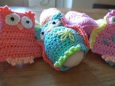 Sparkelz-creatief: Eierwarmer uiltjes, alvast voor Pasen...? of gewoon omdat ze zo leuk zijn! Crochet Egg Cozy, Crochet Birds, Easter Crochet, Crochet Hats, Knifty Knitter, Knitting, Sock Animals, Easter Crafts, Happy Easter