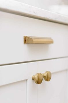From cabinet knobs, handles and pulls, to faucets and sinks, these are the kitchen hardware trends you need to know about to create your dream kitchen in 2020! Kitchen Hardware Trends, Gold Kitchen Hardware, Gold Cabinet Hardware, Black Kitchen Faucets, Bronze Kitchen, Hardware For Cabinets, Brass Cabinet Pulls, Kitchen Cabinets Handles And Knobs, Kitchen Knobs And Pulls