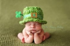 That is cute! St Patrick's Day baby photo with leprechaun crochet hat. So Cute Baby, Baby Kind, Baby Love, Cute Kids, Cute Babies, Baby Baby, Baby Newborn, Baby Sleep, Foto Newborn