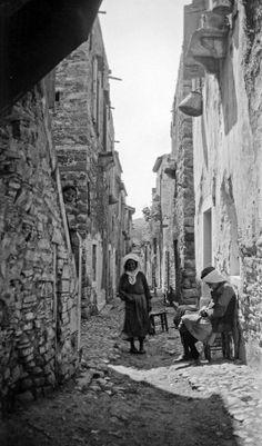 Χωρικοί σε δρόμο της Καλαμωτής Χίου, γύρω στα 1935 Έλλη Παπαδημητρίου Chios, Greek Life, Mount Rushmore, Beautiful Places, The Past, Earth, Island, Mountains, Landscape