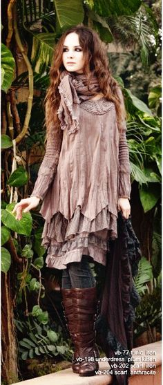 plum flowy top and scarf flowing and soft mori girl look, natural and comfortable with practical boots and jeans. Look Boho, Bohemian Style, Boho Chic, Moda Harajuku, Ropa Shabby Chic, Mode Mori, Beautiful Outfits, Cool Outfits, Trendy Fashion