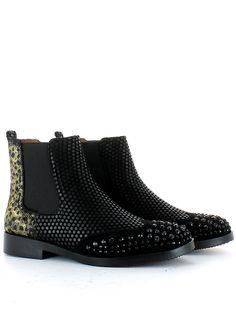 Chelsea in camoscio nero, con pietre sul puntale, elastici laterali e fondo in gomma. Qualità e comfort per chi ama essere fashion! Buy them on: http://www.langolo-calzature.it/it/chelsea-in-camoscio-e-animalier-43224