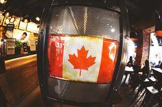 """In Sachen Innendesign setzen wir auf Vintage, ganz nach dem Motto """"black and wood"""". Die kanadische Flagge weist auf kanadisches Streetfood hin. Philosophie und Interior bilden eine Einheit."""