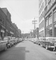 https://flic.kr/s/aHsjKzmfg7 | Les quartiers disparus de Montréal : le Red Light, 1957 | En 1954, le rapport Dozois est déposé par un comité chargé d'éliminer les zones de taudis en favorisant la construction de logements sociaux. Le secteur du Red Light délimité par les rues Saint-Dominique, Ontario, Sanguinet et Sainte-Catherine est ciblé : on souhaite « nettoyer le quartier de ses activités délinquantes, dont celles de la mafia et du crime organisé (prostitution et drogue) ». Les…