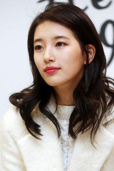 韓国・ソウル(Seoul)で行われた、アクセサリーブランド「ビーンポールアクセサリー(Bean Pole Accessory)」主催のサイン会に臨む、ガールズグループ「Miss A」のスジ(Suzy、2014年12月7日撮影)。(c)STARNEWS ▼12Dec2014AFP Miss Aのスジ、アクセサリーブランド主催のサイン会に出席 http://www.afpbb.com/articles/-/3033837 #Miss_A_Suzy #미쓰에이_수지 #Bae_Sue_ji #Bae_Suzy #배수지 #裵秀智