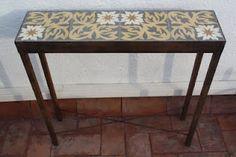 taula amb rajoles hidràuliques restaurades