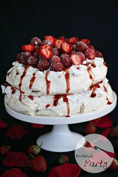 Tort bezowy z truskawkami Pavlova Recipe, Vegan Recipes, Cooking Recipes, Crazy Cakes, Polish Recipes, Polish Food, Pumpkin Cheesecake, Sushi, Food And Drink