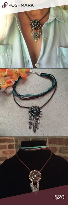 🌼bohemian choker/necklace on soft suede The first row is for soft suede in browns and two different turquoise colors measuring 13 inches the second row is 16 inches on dark brown soft suede with Indian tribal pendant with feathers and small turquoise beads the necklace is attached and if you purchase it and you want them to be on attached I can make two separate chokers just please let me know, the pendent is 2 inches long, The choker necklace is adjustable, handmade new worn only for…