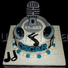 Torta especial para Locutor de radio microfono y audifonos modelados con fondant. Por Judith Tortas.