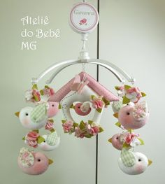Ateliê do Bebê MG: Móbile Musical Pássaros  ( Giovanna ) Fabric Birds, Felt Fabric, Fabric Flowers, Felt Crafts Diy, Sewing Crafts, Crafts For Kids, Baby Shawer, Felt Baby, Luxury Nursery
