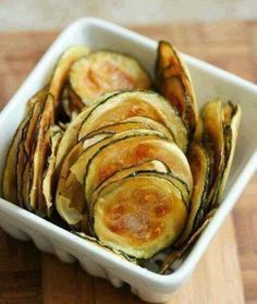 Low FODMAP Salt And Vinegar Baked Zucchini Chips Recipe - easy and delicious low fodmap snack to munch on anytime of the day! & are so fun to eat ☺️ Definitely a good alternative to oily and overly salty grocery store chips! Fodmap Meal Plan, Zucchini Chips Recipe, Healthy Zucchini, Zucchini Oven, Zuchinni Crisps, Healthy Snacks, Healthy Recipes, Healthy Chips, Vegan Chips