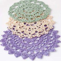 Shabby-chic crochet winter doilies by Anabelia Crochet Cross, Crochet Round, Crochet Home, Thread Crochet, Love Crochet, Filet Crochet, Crochet Motif, Vintage Crochet, Crochet Flowers