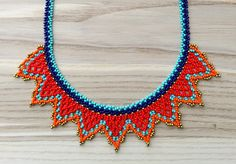 Couleur: Turquoise, bleu marine, rouge, orange, bronze  Taille : 20 « x 1,25 ». 50 cm x 3,2 cm  Perle perlée comme fermeture  Pour la petite couronne desing, j'ai décidé de quitter le tour de cou rond typique. Je cherchais une pièce qui peut vous donner encore de l'aspect délicat à la main, sans être un morceau de staiment, quelque chose que vous pouvez utiliser tous les jours, j'ai donc créé ce simple en forme de collier où les coloors jouent un rôle principal sur tous les composants (la…