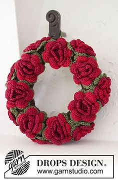 "Christmas in Bloom - DROPS Christmas: Crochet DROPS wreath with flowers in ""Cotton Viscose"" - Free pattern by DROPS Design Crochet Christmas Wreath, Crochet Wreath, Holiday Crochet, Crochet Gifts, Christmas Wreaths, Crochet Flower Patterns, Knitting Patterns Free, Crochet Flowers, Free Pattern"