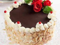 Recept na: Tradiční ořechový dort. Kvaření potřebujete především trocha rumu, mandlové lupínky, čokoládová poleva, marcipánové ozdoby. Příprava pokrmu vám zabere 60 minut minut. Czech Recipes, Nutella, Gingerbread, Cake Decorating, Birthday Cake, Cupcakes, Sweets, Baking, Czech Food