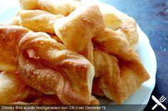 Russischer Rollkuchen,  Zutaten 1 Becher Dickmilch, Kefir oder Buttermilch 2 Beutel Backpulver 1 Becher Schmand 2  Ei(er)  etwas Salz  etwas Zucker 800 g Mehl   Fett zum Ausbacken