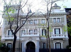 Palacio de Eduardo Adcoh. Fue construido en 1906, según un proyecto de José López Salaberry, arquitecto asimismo del edificio ABC y del Casino de Madrid. Castellana, 37