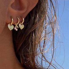 Brincos -Ear Hook. Para quem são amantes de brincos e gostam de estar atualizadas na moda. Esse estilo é a cara do verão 2021. Mix brincos, de materiais e estilos. Ear Jewelry, Cute Jewelry, Gold Jewelry, Jewelry Accessories, Jewlery, Pretty Ear Piercings, Girl Piercings, Unique Piercings, Types Of Ear Piercings
