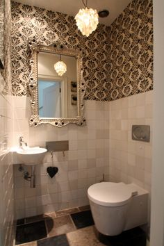 Love The Wallpaper In The Toilet Room Toilets – Images Album Collections Wallpaper Borders For Bathrooms, Room Wallpaper Designs, Small Bathroom Wallpaper, Eclectic Wallpaper, Bathroom Black, Wallpaper Toilet, Small Toilet Room, Bathroom Showrooms, Best Bathroom Designs