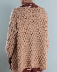 Flinke @knitting_by_me lurte på om jeg har en sommerfavoritt, og det må bare bli denne jakka. Jeg har bodd i den siden den var ferdig ull er gull hele åretVil @strikdigglad vise en sommerfavoritt hvis tid/lyst?❤️#strikking#strikk#knitted#knittersofinstagram#instaknit#boblejakka#ministrikk#lama#sandnesgarn#pudder