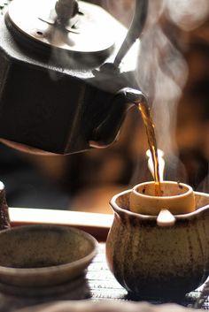 Hot tea on cold dayz. Chai, Matcha, Tea Culture, Chinese Tea, Tea Art, My Cup Of Tea, Chocolate Coffee, Tea Ceremony, Tea Recipes