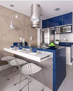 """4,917 curtidas, 94 comentários - Fabi Vilela (@fabiarquiteta) no Instagram: """"Cozinha l Destaque para a prateleira deslizante para auxiliar nas refeições, e toque azul vibrante!…"""""""