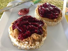 My favorite healthy breakfast: brown rice cakes with nut butter and homemade jelly (blended fresh from organic berries) Homemade Jelly, The Breakfast Club, Rice Cakes, Recipe Of The Day, Vegan Gluten Free, Healthy Recipes, Healthy Foods, Healthy Eating, Yummy Food