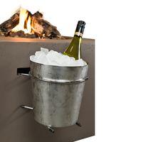Pojemnik na lód wykonany jest z wysokogatunkowego metalu, pozwoli utrzymać odpowiednią temperaturę napoi. Do montażu na bocznej ścianie paleniska ogrodowego.