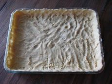 Tämä ohje on kulkenut matkassani pitkään ja kaivan sen esiin aina, kun haluan leipoa jotain helppoa ja hyvää. Todella rakastan sitruunatortun raikkautta! Halutessasi vielä nopeuttaa valmistusta, voit käyttää pakastealtaan murotaikinaa. Täyte on raikkaan kirpeä, joten tarjoilusuosituksena on makea kermavaahto tai vaahtoutuva vaniljakastike. Sitruunatorttu on parhaimmillaan jääkaappikylmänä. On siis suositeltavaa paistaa torttu jo tarjoilua edeltävänä päivänä. […]