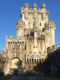 Abandoned Castle, not sure where this one in located. Chateau Medieval, Medieval Castle, Castle Ruins, Castle House, Interesting Buildings, Amazing Buildings, Ancient Architecture, Beautiful Architecture, Abandoned Castles