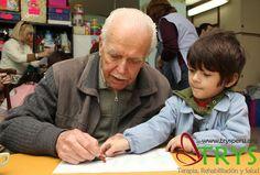 Fomentar la cooperación de diversas generaciones es parte de las Actividades intergeneracionales.