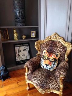 C'est le prince des animaux et surtout le roi du ring Arsène rentre en piste...#accessoire #Deco #décoration #decalé #design #designer #bonjourmoncoussin #coussin #ours #ourson #tigre #panthère #coussin_de_forme #home #home_intérieur #décoration #shop #fificanarishop #lille 50 cm fifi-canari.com