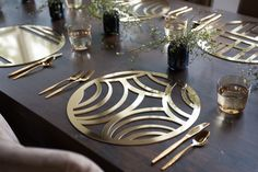 The Affinity placemat in laser cut gold chroma, makes entertaining and tabletop decoration easy and modern. Also available in silver, woodgrain and rose gold.