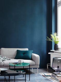 """Alpina Farbrezepte Wandfarbe """"Blaue Stunde"""" ist eine sehr intensives Blau, das man hervorragend als Akzentton streichen kann. Am besten wirkt es in Kombination mit frischen, spritzigen oder hellen Wandfarben. Eine kühlere Raumwirkung entsteht zusammen mit Grau und weiteren Blaunuancen, die mit farbigen Möbeln kontrastreich inszeniert werden kann. #interior #schlafzimmer #petrol #darkblue #blue #bluewalls #wandfarbe #petrolwalls Taupe Sofa, White Home Decor, White Houses, Cozy House, Grey And White, Sweet Home, New Homes, Living Room, Bedroom"""