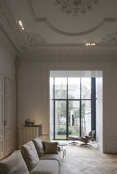 — Hans Verstuyft Architecten Ilze: I love the floor,window, ceiling combo (ceiling a bit too ornate though)