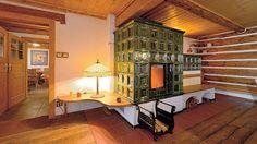 Kombinovaná kachlová kamna s lavicí s vyhřívaným opěradlem mají vestavěnou kamnovou vložku s velkým prosklením. Akumulační část ohřívá místnost a zároveň poskytuje příjemné posezení.
