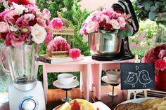 O chá de panela da Pâmela foi um brunch super fofo com decoração temática (batedeira, liquidificador, panelas) e sustentável (paletts.) Apaixonante!