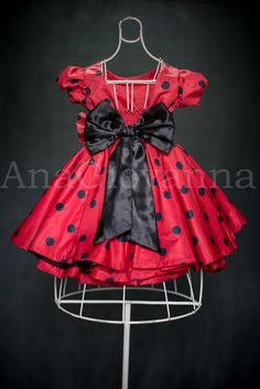 Lindo vestido de festa infantil Minnie Mouse vermelha, confeccionado em microfibra acetinada. O vestido possui laço na frente e nas costas. Também nas costas, o vestido têm um belo corte aberto para proporcionar conforto em dias mais quentes, além de Lastek que possibilita uma melhor adaptação do...