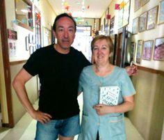 Con Ana, del colegio Nuestra Señora de la Paloma de Madrid, que ha elegido la novela para este verano. No sé si llegará, ha empezado a leerla ya... Gracias!!!!!
