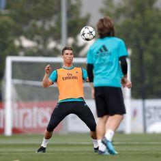 #CristianoRonaldo ha comenzado a preparar el partido de ida de las semifinales de la #LigaDeCampeones contra el #BayernMúnich.  #APorLa13   #HalaMadridYNadaMás