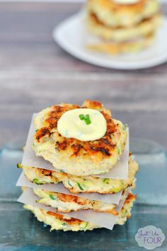 Paleo Chicken Zucchini Fritters are so delicious and are ready in under 30 minutes! These zucchini fritters are the perfect healthy alternative to having a burger and they taste amazing! They are the perfect addition to your or Paleo meal plan! Paleo Chicken Recipes, Paleo Recipes, Real Food Recipes, Cooking Recipes, Pizza Recipes, Zucchini Fritters, Autoimmun Paleo, Paleo Meal Plan, Healthy Recipes