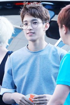 I swear every Kpop idol has these glasses