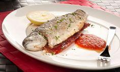 Receta de truchas fritas, rellenas de jamón y salsa de tomate. Una receta muy sencilla para disfrutar de este pez de río. #trucha #jamón #receta