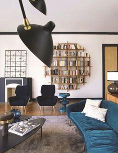 Une bibliothèque graphique dynamise le séjour dans cet appart à Paris. Plus de photos sur Côté Maison http://petitlien.fr/82t6